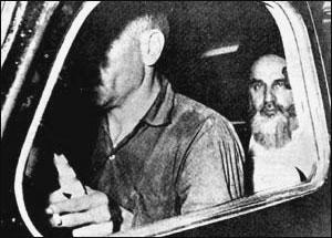 تصویر سیاه و سفید و قدیمی از امام خمینی (ره) در داخل ماشین